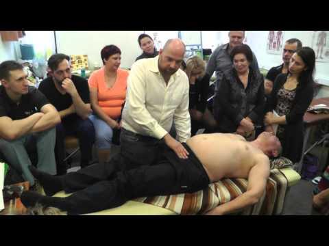 Остеопатия и остеопрактика – сеанс на крестце, тазовой и поясничной области. Обучение у Смирнова