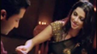 Beautiful Bhoomika in saree serves food - Sillunu Oru Kaadhal