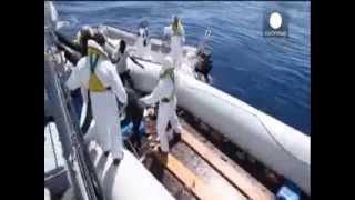 220 беженцев решили переплыть Средиземное море на надувных лодках(Итальянские спасатели вновь приняли сигнал бедствия от судна, которое перевозило нелегальных мигрантов..., 2015-04-24T14:14:52.000Z)
