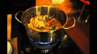 Бренд-шеф «Современника» приготовил сливочный суп с морепродуктами