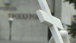 Чтобы сдержать распространение коронавируса, в Москве, Подмосковье и Петербурге закрыли кладбища.