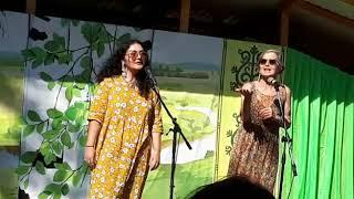Американки исполняют якутскую песню на ысыахе в Сунтарском районе
