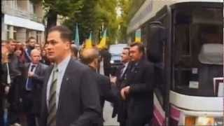 Янукович упал от удара яйца(, 2012-11-02T14:03:57.000Z)