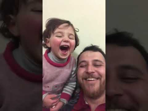 O xogo dun pai sirio para facer que a súa filla non se asuste coas bombas