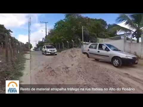 Resto de material atrapalha tráfego na rua Itatiaia no Alto do Rosário