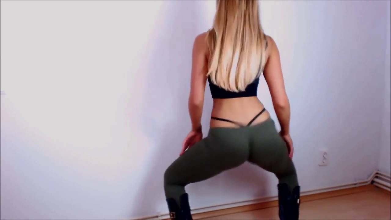SEXY WHITE GIRL TWERKING IN LEGGINGS !