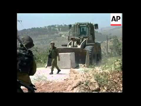 Palestinians scuffle with soldiers; Gaza withdrawal