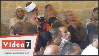 بالفيديو..محلب يجلس وسط المصلين فى الجامع الأزرق بالدرب الاحمر