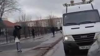 Машины с громкоговорителем информируют о мерах безопасности в Нур-Султане