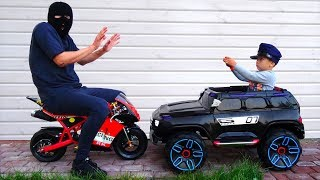 يلعب ضابط الشرطة سينيا وأبي اللص في مهن الأطفال