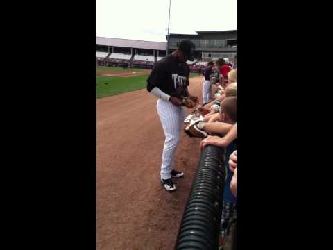 Brewers first round pick Victor Roache signing autographs!