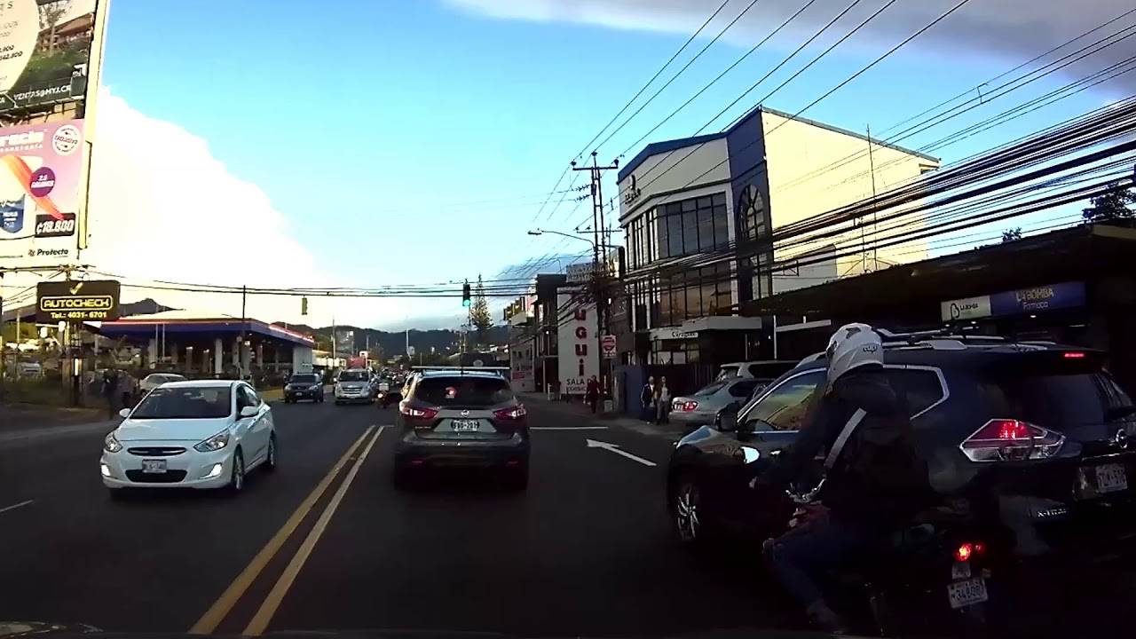 Motociclista circula entre los carriles