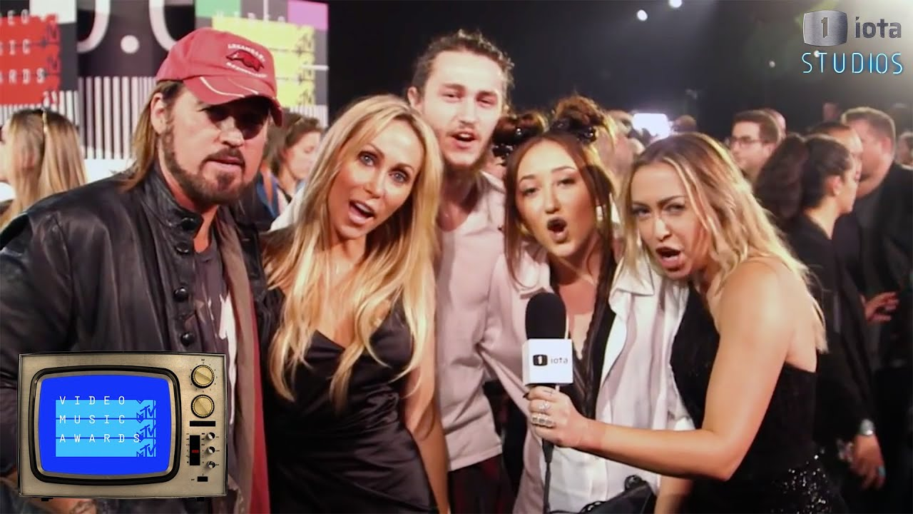 It's a #CyrusTakeover as the Cyrus Family Supports Miley at the 2015 MTV VMAs - YouTube