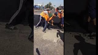Ремонтные работы по улице Фурманова в Алматы после прорыва тепломагистрали