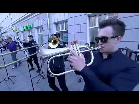 فرقة نحاسية تحول شوارع نيغني الروسية إلى مسرح للترفيه عن مشجعي كرة القدم…  - 14:25-2018 / 6 / 21