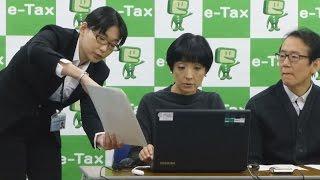 「税を考える週間」が始まった11日、映画監督の周防正行さん(58)...