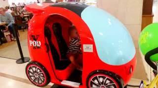 Эльвира в магазине игрушек Катается на машине и автобусе Покупаем розовую собачку