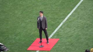 ナオト・インティライミが国歌斉唱をしています.
