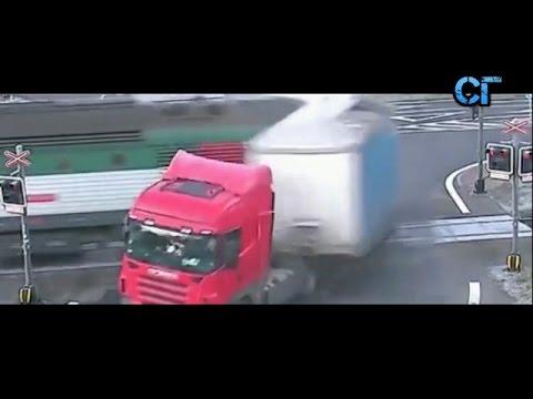 Поезд протаранил грузовик 13 12 2015