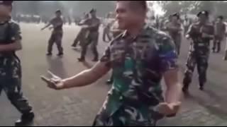 Буй буй буй Солдат своим танцем взорвал интернет!