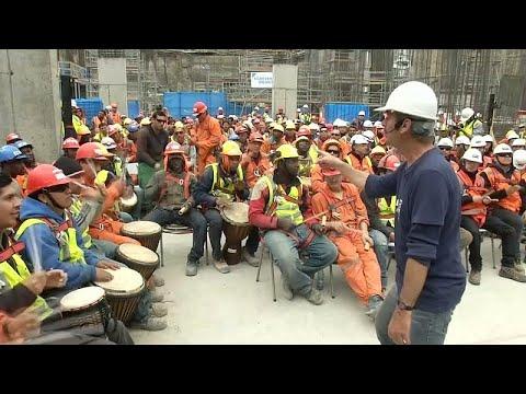 شاهد: عمال البناء في تشيلي يستخدمون الطبول للتخلص من الإرهاق…