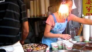 九分名物「芋圓」(タロ芋で作った団子)熱いのと冷たいのが選べる.
