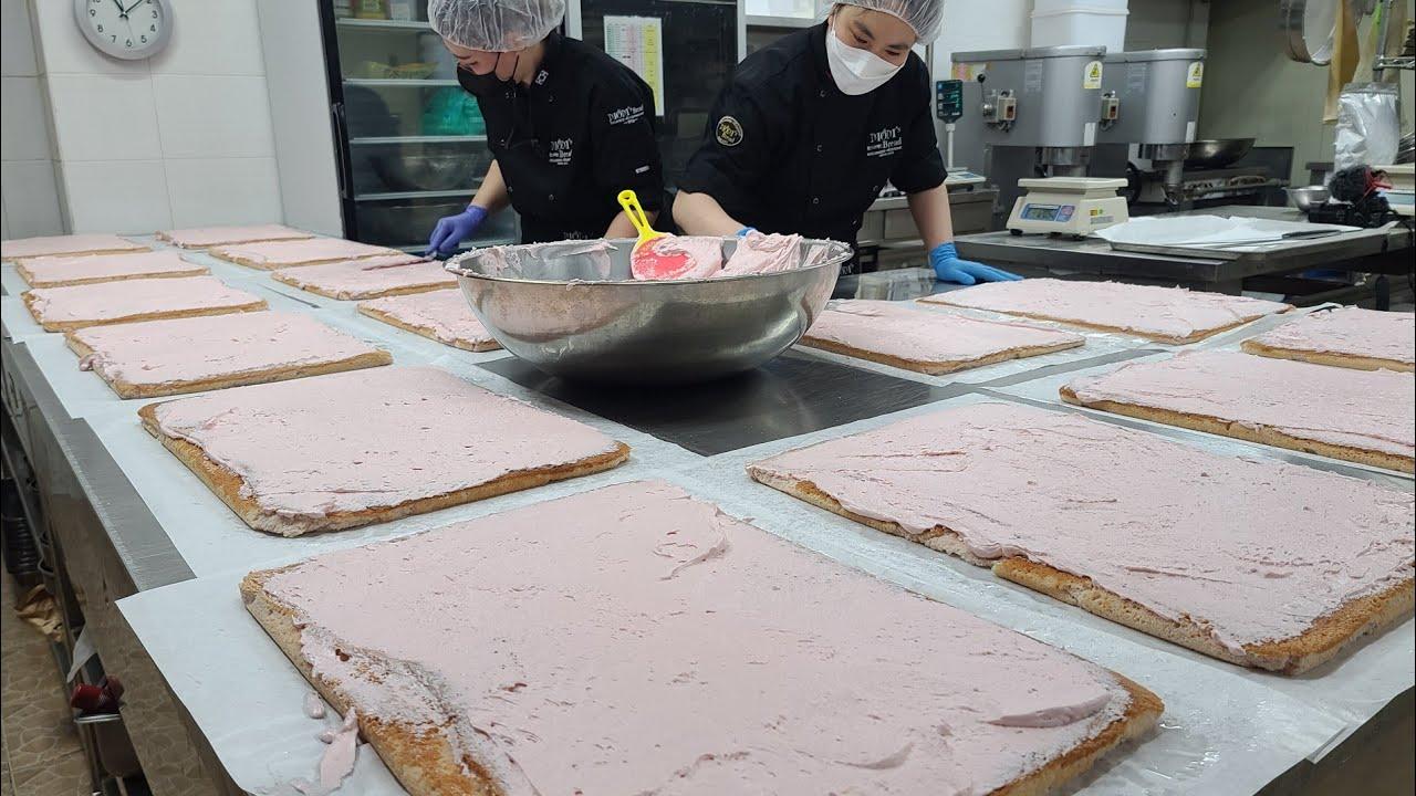 새콤달콤 부드러운! 복분자 버터 크림 가득! 케익공장의 복분자 롤케이크 대량생산 making strawberry roll cake - korean street food