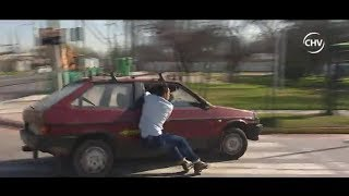 Hombre se aferró a vehículo para evitar denuncia por golpear a esposa - CHV Noticias