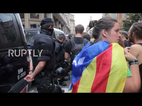 Spain: Hundreds decry police brutality during referendum outside Police HQ in Barcelona
