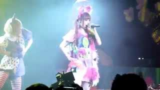 """Mi"" ~Kyary reads out a prepared speech to the audience in English..."