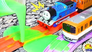 トーマスと電車 プラレール 踏切 スライムで事故!thomas & friends アンパンマン おもちゃ 機関車 パーシー ヒロ 働く車トミカaccident will happenたまごMammy