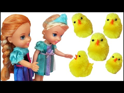 CHICKS ! Elsa & Anna toddlers - Chicken's Eggs - Farm - Horse chases Elsa - Someone Falls in Pond