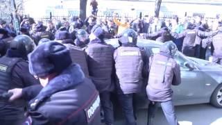 Москва  протестувальники намагалися відбити автозак з Навальним