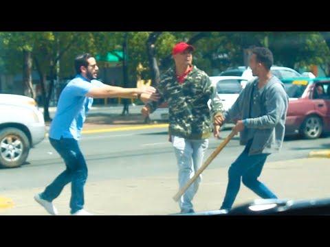 Broma PELEANDO CON DESCONOCIDOS En La Calle (Bromas Pesadas) Videos De Risa