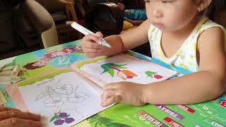 Bé Gia Hân 2 tuổi rưỡi tự tô màu