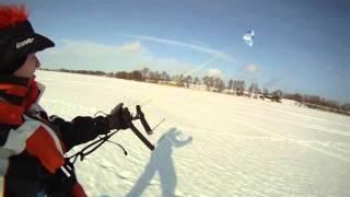 Kite zimą na jeziorze po śniegu, kite snowboarding