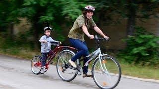 Zsombi az utánfutó félkerékpáron / Zsombor rides the kid
