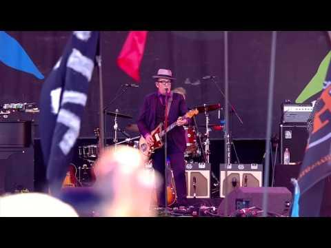 Elvis Costello - Oliver's Army (Glastonbury 2013)