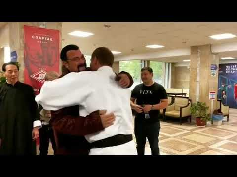 Стивен Сигал показывает приёмы Александру Емельяненко