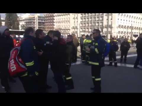 newsbomb.gr: Διαμαρτυρία πυροσβεστών στο Σύνταγμα
