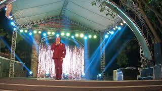 Nghệ sĩ Châu Thanh quỳ trên sân khấu gây xúc động với ca khúc Đạo làm con
