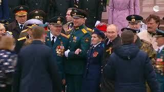 Путин общается с ветеранами после парада