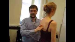 видео Почему возникает боль в мышцах спины в области и под лопатками?