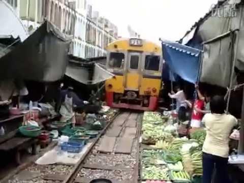 قطار يمر عبر السوق Train pass by market Tren trece prin piata