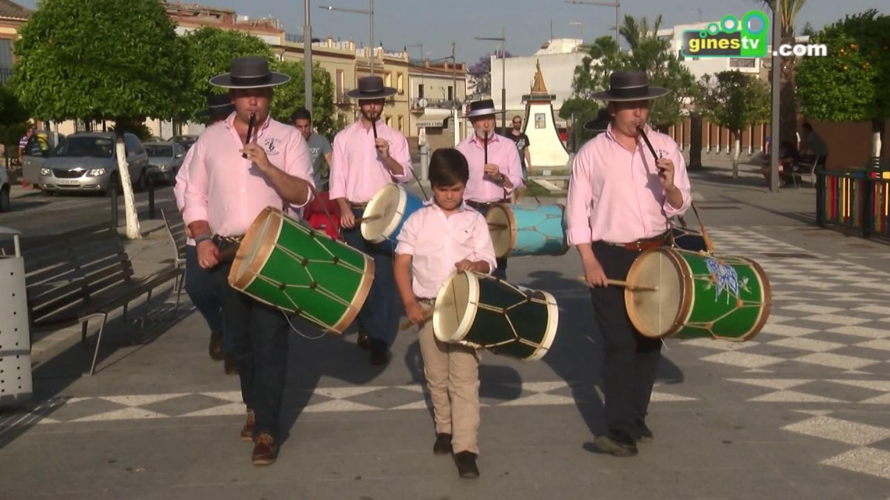 Tamborileros de la Escuela de Música recorren Gines anunciando la Romería de Pentecostés