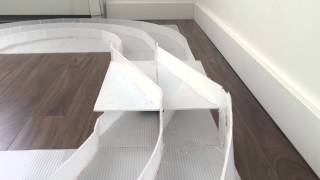 プラスチックダンボールで2レーンのミニ四駆コースを手作りしました。作...