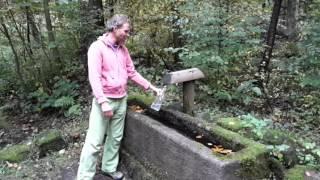 Matthias füllt frisches lebendiges Quellwasser ab