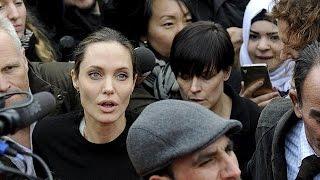 Анджелина Джоли навестила беженцев в греческом порту Пирей