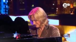 """Evelyn Matthei tocando """"The Promise"""" de Girls Aloud en piano"""