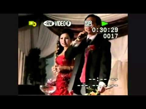 Chú rể hát tặng cô dâu trong đám cưới, một tiết mục đầy thú vị.